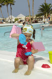 Kind, das durch Pool spielt Lizenzfreie Stockfotografie