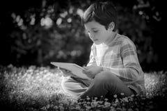 Kind, das ein Buch liest Stockfotos