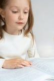 Kind, das ein Buch liest Stockbild