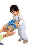 Kind, das ein Geschenk empfängt Stockbild