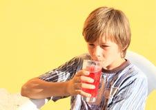 Kind, das ein Getränk trinkt Stockbild