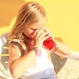 Kind, das ein Getränk trinkt Stockbilder
