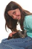 Kind, das ein Kätzchen auf Weiß anhält Lizenzfreie Stockbilder