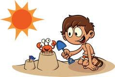 Kind, das ein Sandburg errichtet Stockbilder