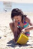Kind, das ein Sandschloß aufbaut Stockbild