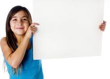 Kind, das ein unbelegtes Zeichen anhält Stockfoto