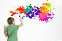 Kind, das eine abstrakte Abbildung zeichnet Lizenzfreie Stockbilder