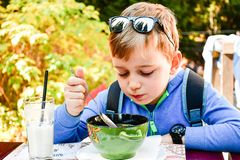 Kind, das eine Suppe isst stockbilder