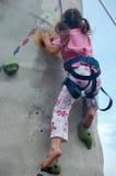 Kind, das eine Wand steigt Stockfoto