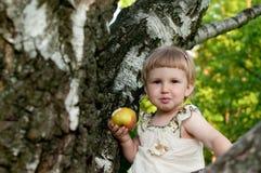 Kind, das einen Apple isst Stockfoto