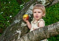 Kind, das einen Apple isst Lizenzfreie Stockbilder