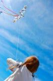 Kind, das einen Drachen fliegt Lizenzfreie Stockfotos