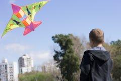 Kind, das einen Drachen reitet Lizenzfreie Stockfotografie