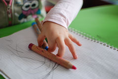 Kind, das einen Farbtonbleistift auswählt stockbilder