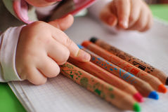 Kind, das einen Farbtonbleistift auswählt Stockbild
