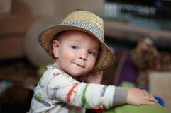 Kind, das einen Fedorahut trägt lizenzfreie stockfotografie