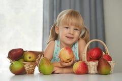Kind, das einen frischen Apfel beschließt, um zu essen Lizenzfreie Stockfotografie