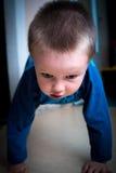 Kind, das einen Handstandplatz tut Stockfotos