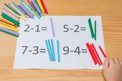 Kind, das einfachen Abzug lernt Stockbilder