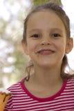 Kind, das Eiscreme isst Lizenzfreies Stockfoto