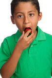 Kind, das Erdbeere isst Stockfoto