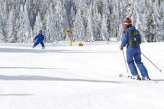 Kind, das erlernt Ski zu fahren lizenzfreies stockfoto
