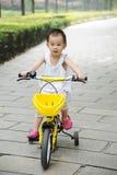 Kind, das erlernt zu reiten Stockbild