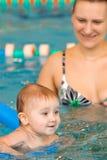 Kind, das erlernt zu schwimmen Lizenzfreie Stockbilder
