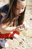 Kind, das Felsen montiert Stockfoto