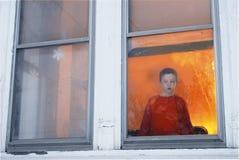 Kind, das am Fenster wartet Lizenzfreie Stockbilder