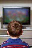 Kind, das Fernsieht Stockfotografie
