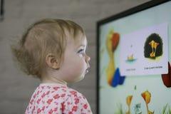 Kind, das Fernsieht Stockfotos