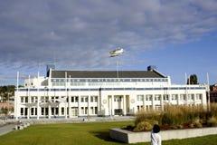Kind, das flaches Flugwesen über Museum überwacht Stockbild