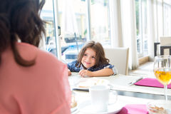Kind, das frühstückt Lizenzfreie Stockfotografie