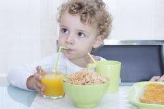 Kind, das frühstückt Stockfoto