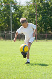 Kind, das Fußballkugel spielt Lizenzfreies Stockfoto