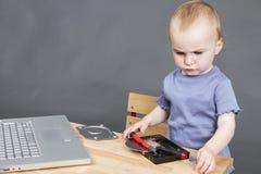 Kind, das am offenen Festplattenlaufwerk arbeitet Lizenzfreies Stockbild