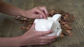 Kind, das Geld in piggy Querneigung einsetzt stock video