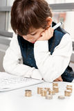 Kind, das Geld zählt Lizenzfreie Stockbilder