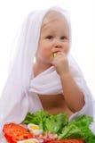 Kind, das Gemüse isst Lizenzfreie Stockfotos
