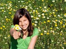 Kind, das Geschenk der Blumen gibt Lizenzfreie Stockfotos
