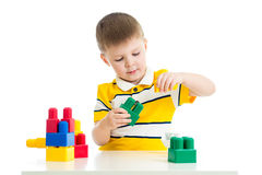 Kind, das Blockspielzeug spielt Stockfotografie