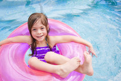 Kind, das glücklich im Swimmingpool spielt Stockbild