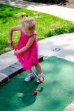 Kind, das Golf spielt Stockfotos