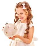 Kind, das große weißes Weihnachtskugel anhält. Lizenzfreie Stockfotografie