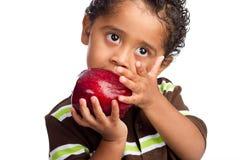 Kind, das großen Apple isst Stockfotos