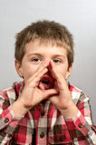 Kind, das hässliche Gesichter 19 macht Lizenzfreie Stockbilder