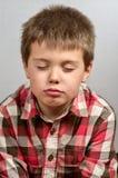 Kind, das hässliche Gesichter 20 macht Stockbild