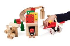 Kind, das hölzerne Spielwaren spielt Stockbild