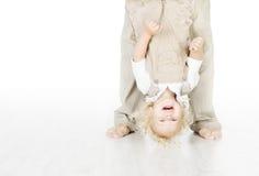 Kind, das Hals über Kopf steht. Stockfotografie